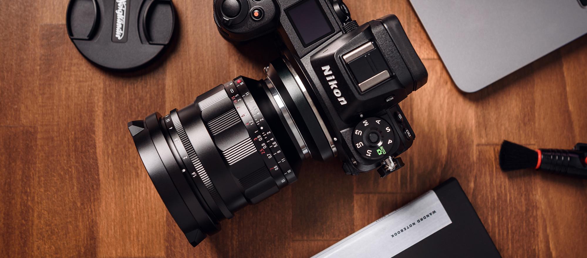 Obiektyw Voigtlander Nokton 21 mm f/1,4 z mocowaniem Leica M zamocowany na aparacie Nikon Z6