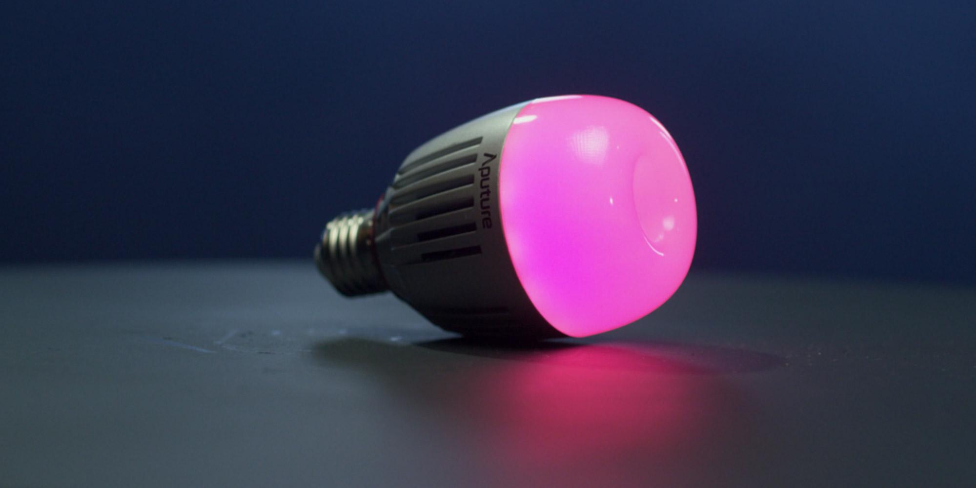 Żarówka LED Aputure Accent B7c świecąca na różowo