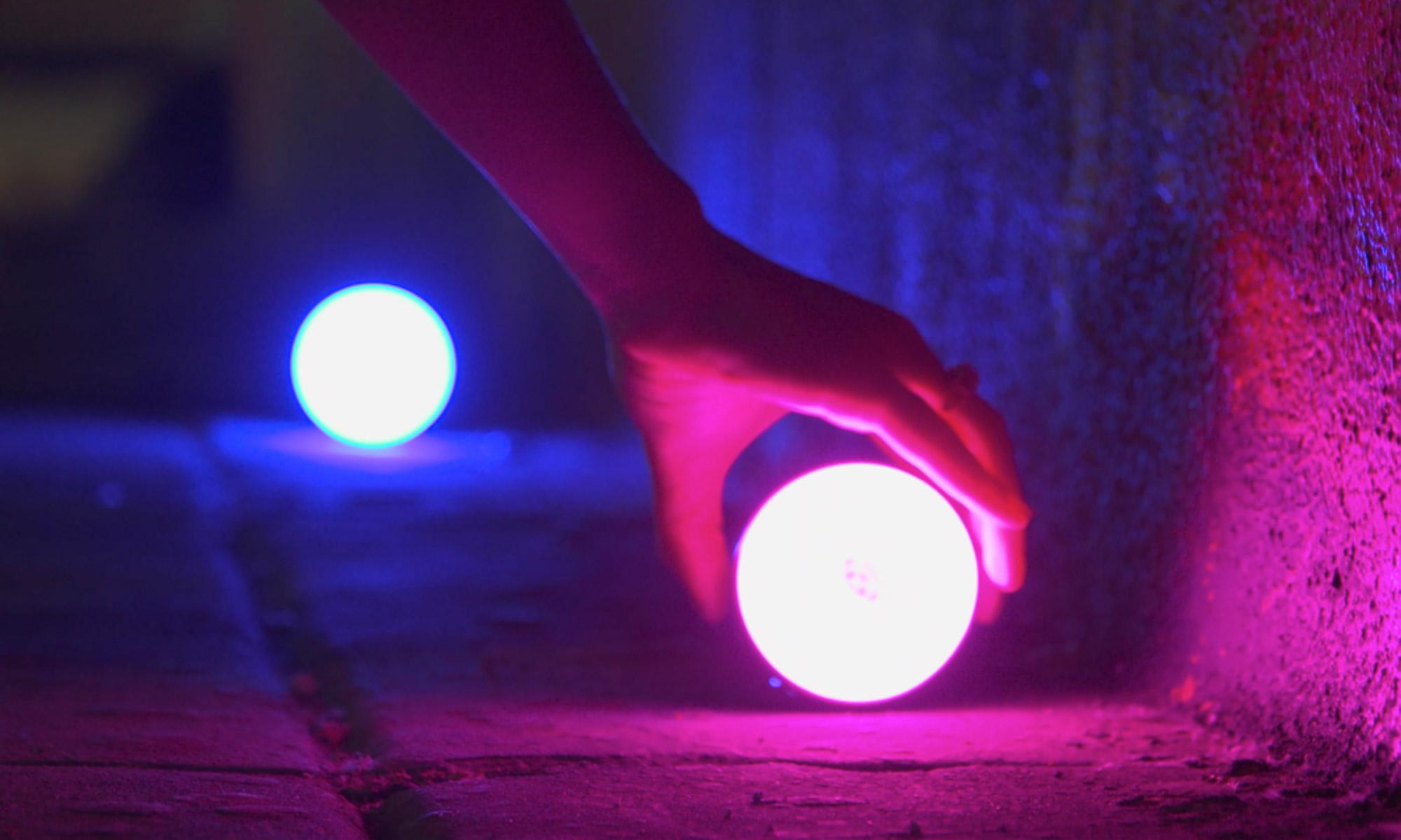 Dwie żarówki LED Aputure Accent B7c świecące na różowo i niebiesko
