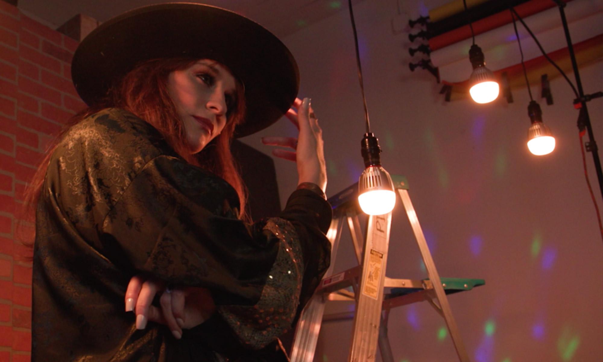 Aktorka na planie filmowym w tle żarówki LED Aputure Accent B7c