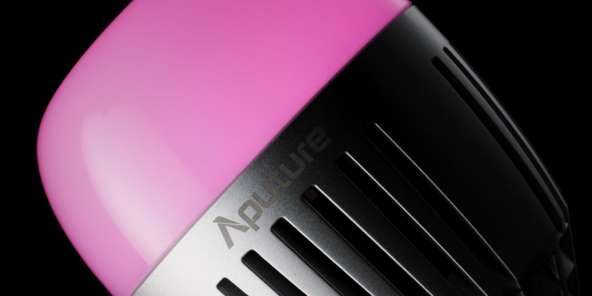Klimatyczne zdjęcie żarówka LED Aputure Accent B7c na czarnym tle