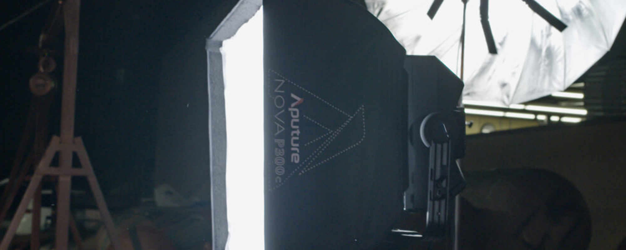 Softbox Aputure Nova do lamp P300c widok z boku
