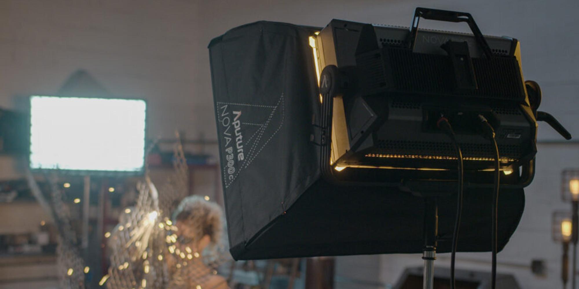 Softbox Aputure Nova do lamp P300c na planie zdjęciowym