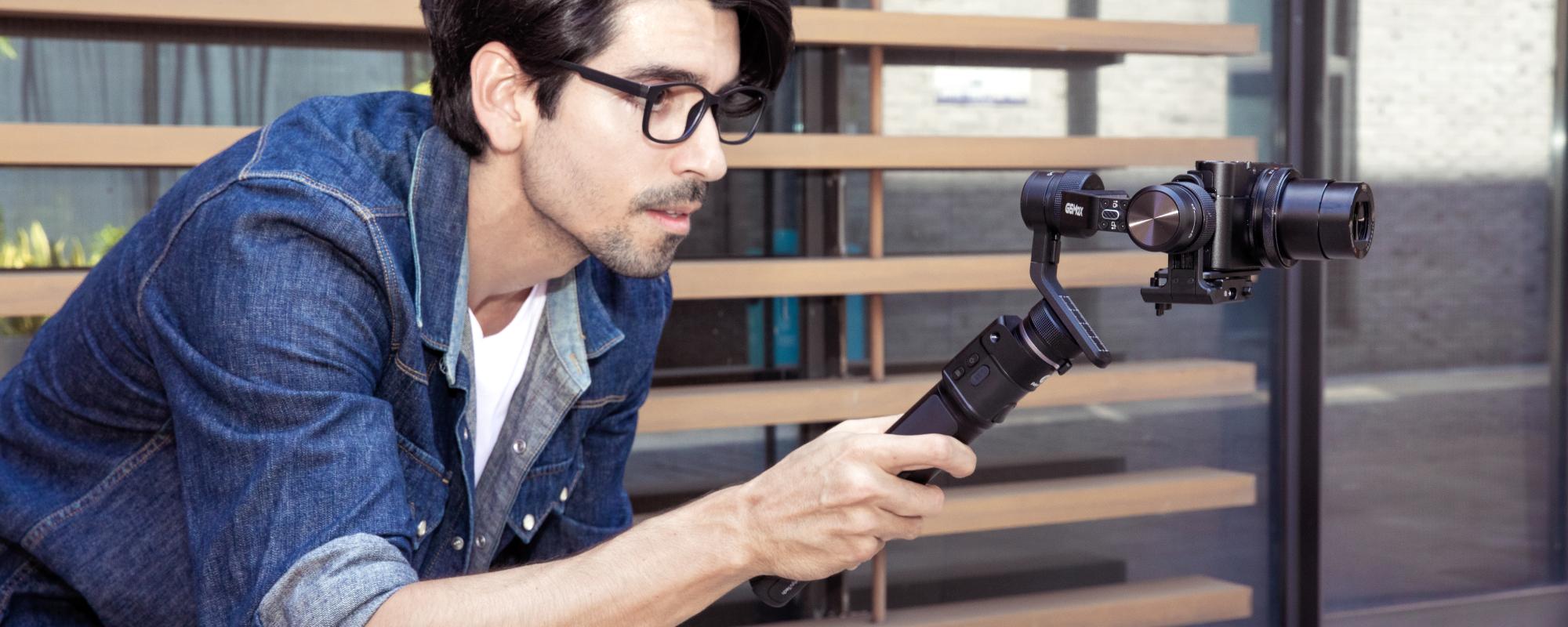 Mężczyzna filmuje swoim aparatem cyfrowym umieszczonym na gimbalu G6 MAX