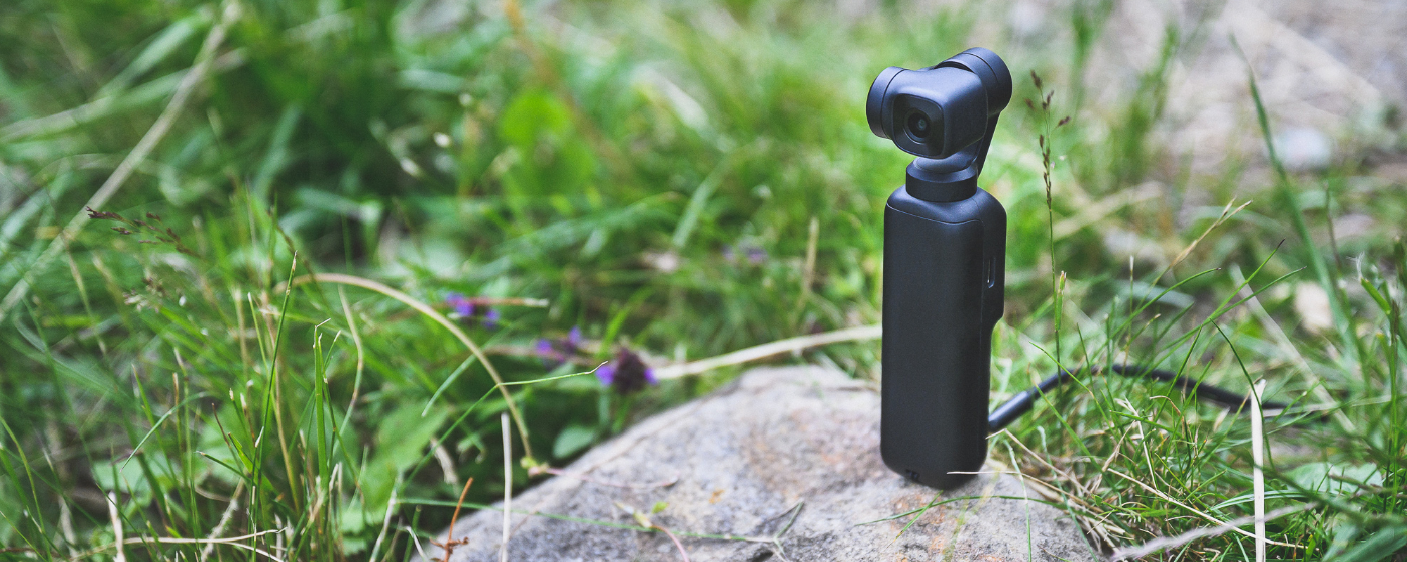 Kamera FeiyuTech Feiyu pocket nagrywa postawiona na kamieniu nagrywa time lapsa z panorama gór w tle