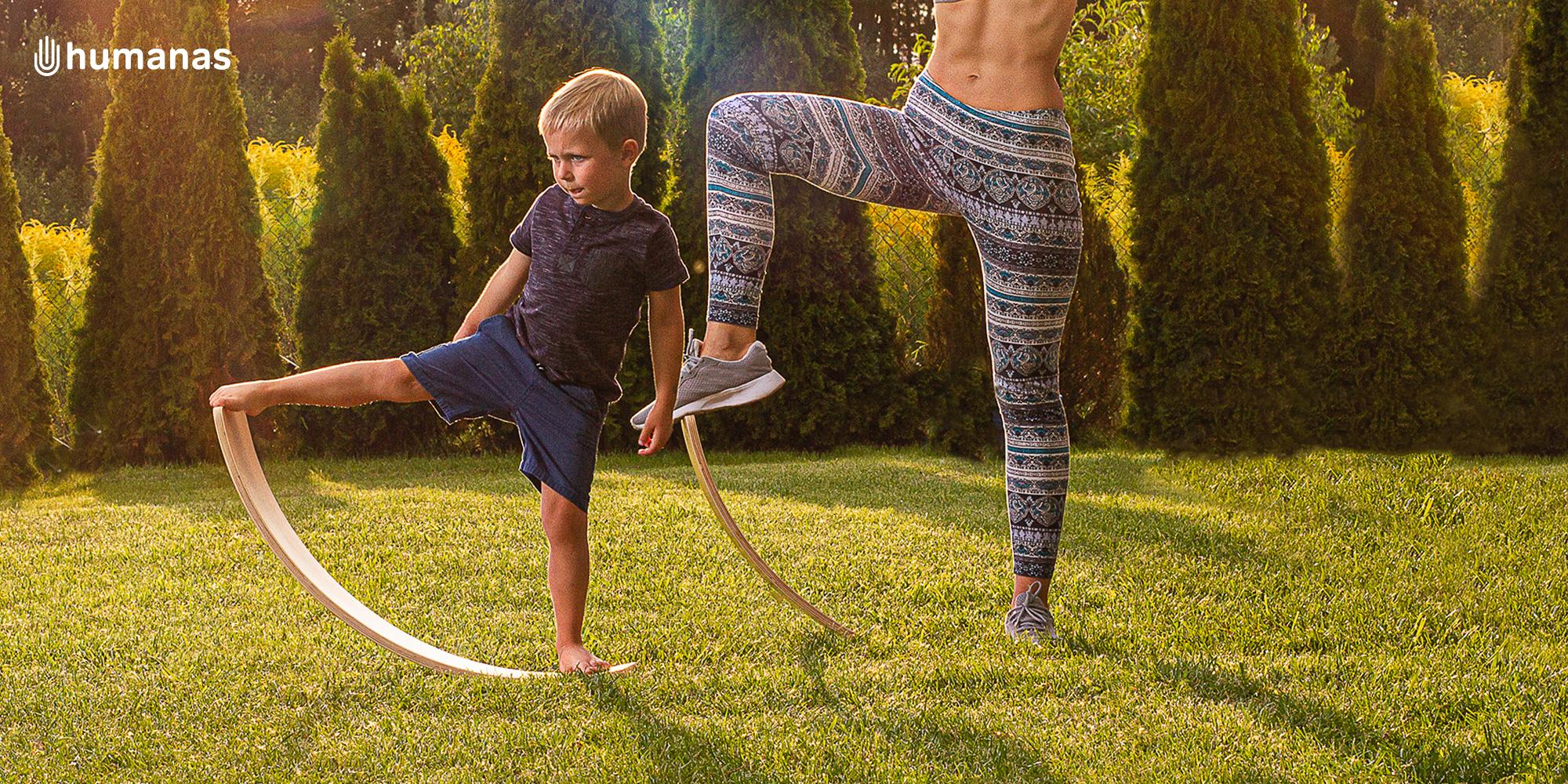 Kobieta i dziecko balansują na desce Humanas BoardOne