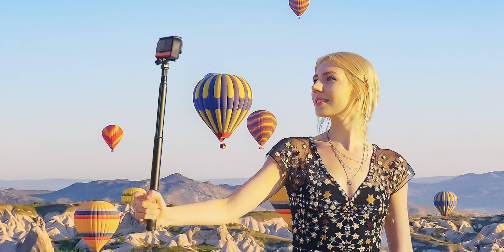 Blondynka trzymająca w ręku kamerę Insta360 Oner T 1-inch