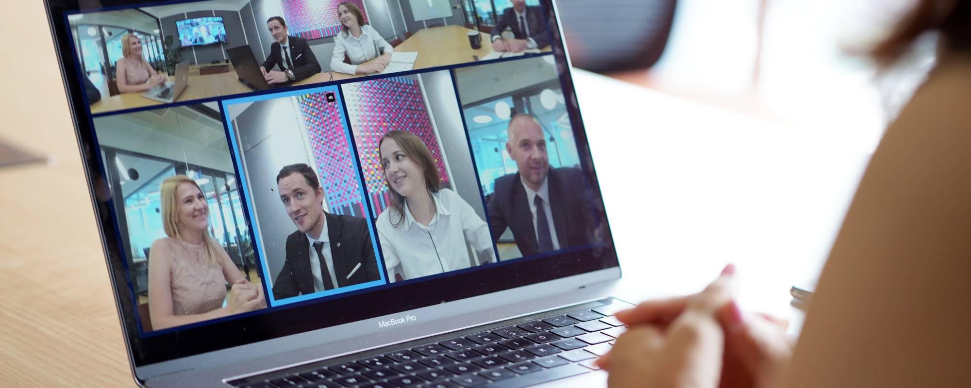Ekran laptopa z widokiem na wideokonferencję z udziałem czterech uczestników
