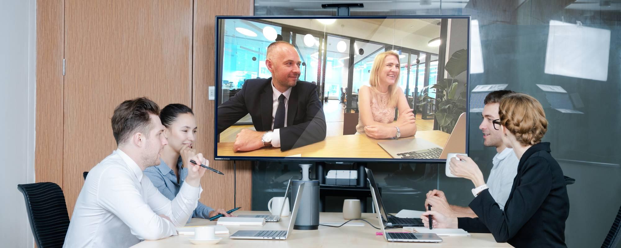 Sześć osób uczestniczących w wideokonferencji za pomocą kamery konferencyjnej Kandao Meeting 360