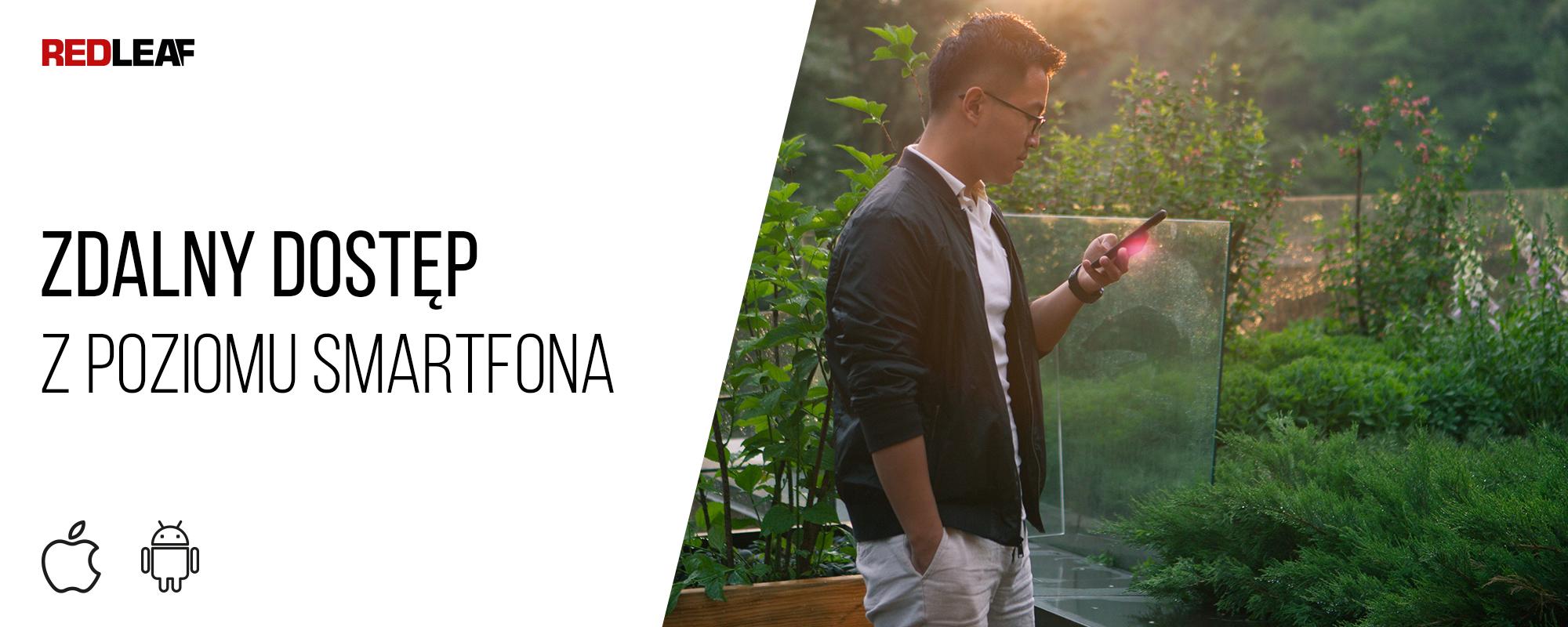 Kamera obserwacyjna z panelem słonecznym Redleaf RD7000 WiFi oraz mężczyzna patrzący na ekran smartfona