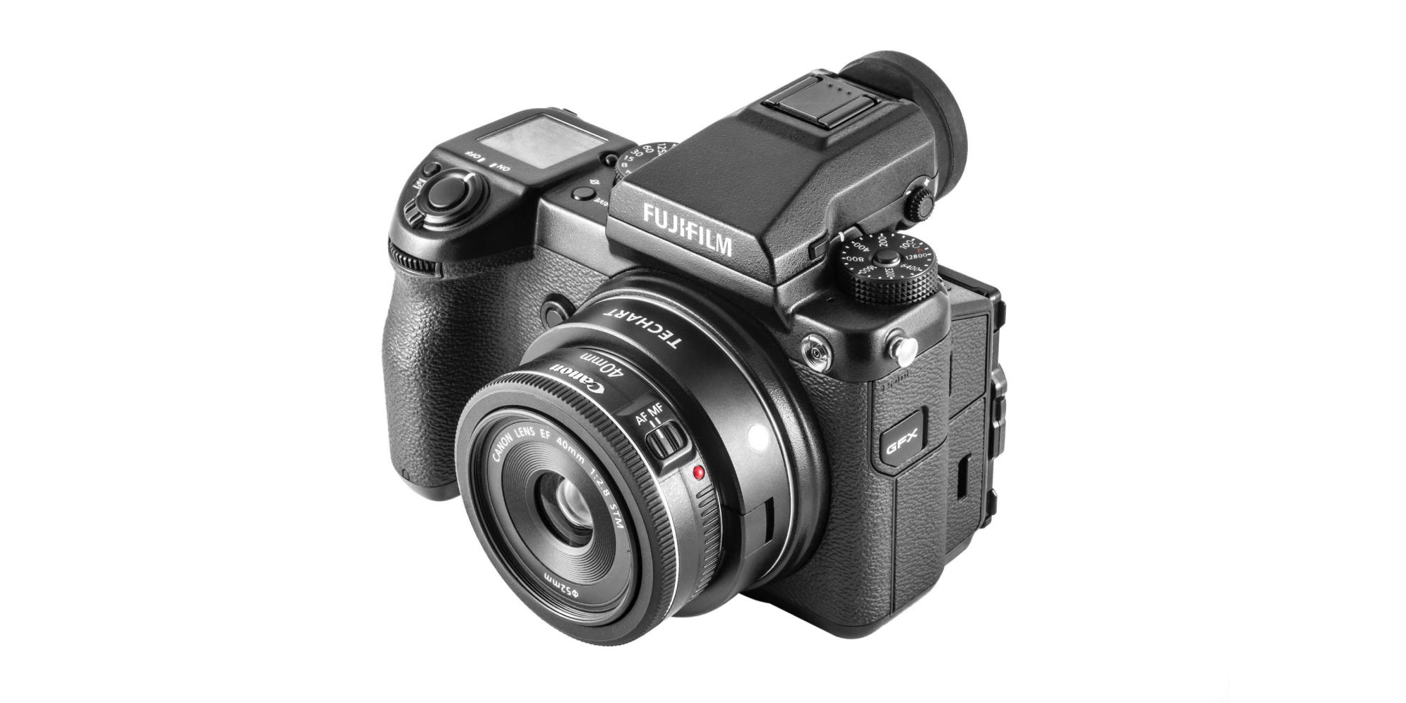 Adapter bagnetowy Techart EF-FG01 zamocowany na aparacie Fujifilm z obiektywem Canon 40 mm f/2,8 STM