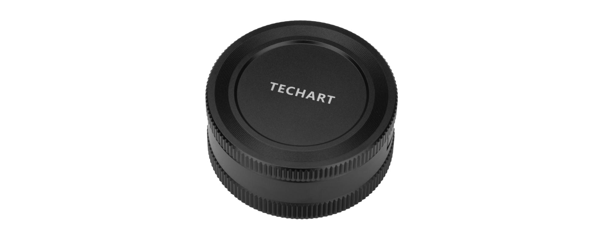 Dekielek do adaptera bagnetowego Techart EF-FG01 - Canon EF / Fujifilm G widziany pod kątem