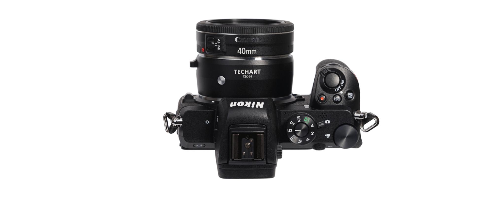 Adapter bagnetowy Techart TZC-01 zamocowany na aparacie Nikon Z z obiektywem Canon 40 mm