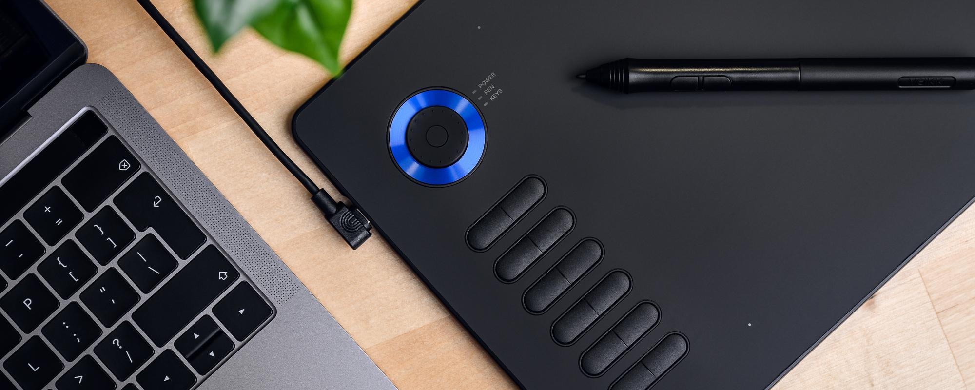Zdjęcie - tablet graficzny Veikk A15 Pro na jasnobrązowym biurku obok klawiatury