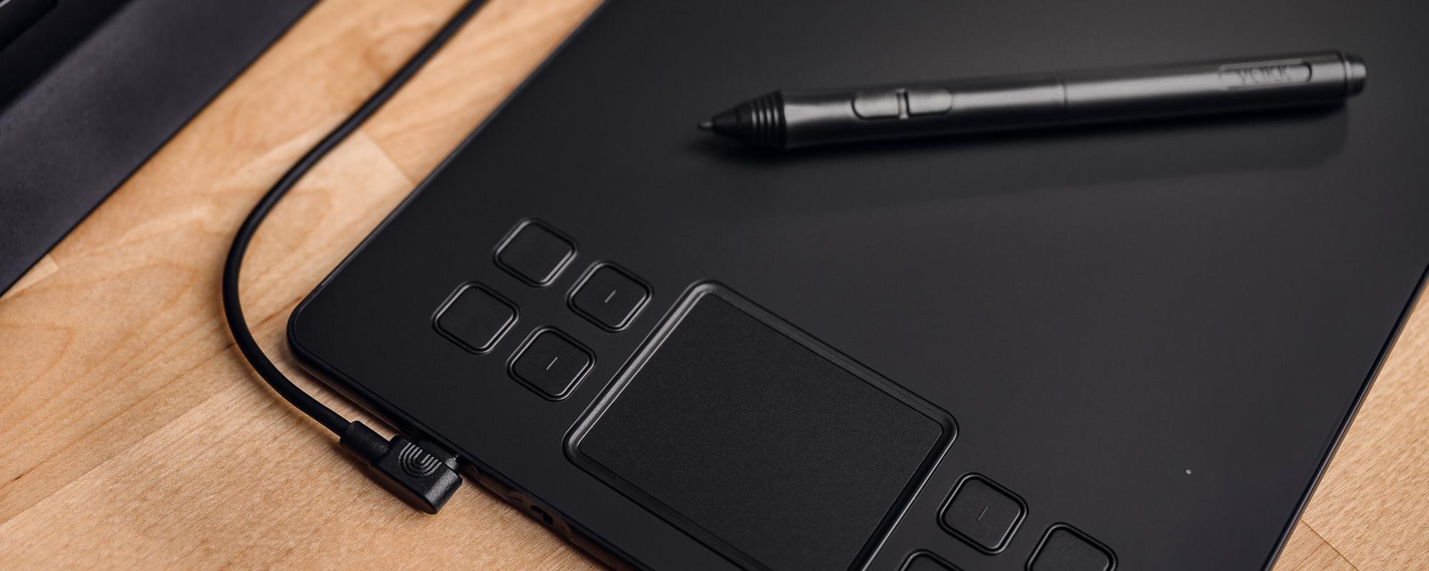 Zdjęcie, na którym widać klawisze funkcyjne oraz touchpad tabletu graficznego Veikk A50