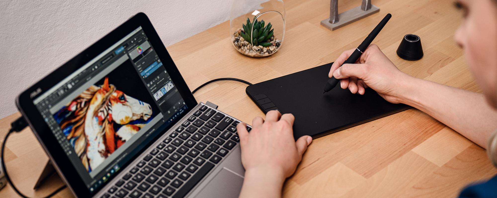 Zdjęcie - tablet graficzny Veikk VK640 podłączony do laptopa, obsługiwany przez kobietę