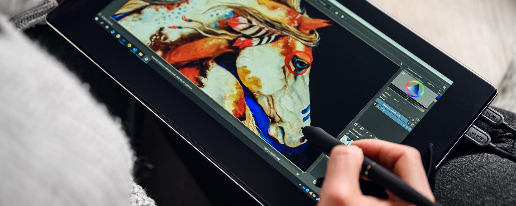 Zdjęcie - zbliżenie na dłoń i piórko oraz tablet graficzny z ekranem LCD Veikk VK1200