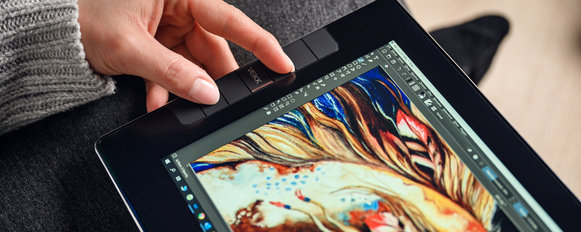 Zdjęcie - zbliżenie na dłoń wciskającą klawisz na tablecie z ekranem LCD Veikk VK1200