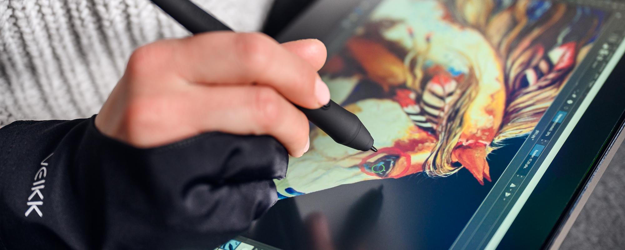 Zdjęcie - zbliżenie na dłoń w rękawiczce i piórko oraz tablet graficzny z ekranem LCD Veikk VK1200