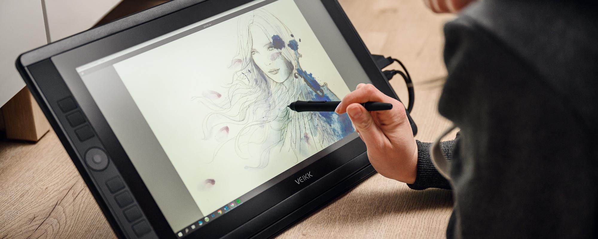 Zdjęcie - tablet graficzny z ekranem LCD Veikk VK1560 Pro obsługiwany przez młodą kobietę