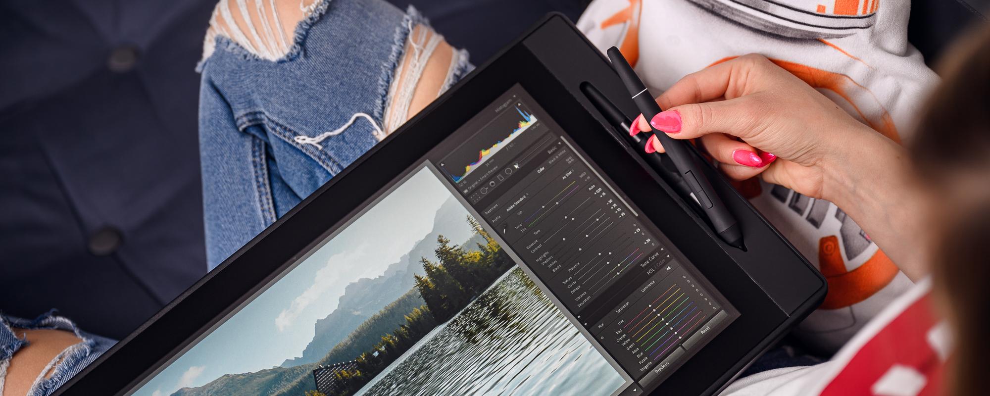 Zdjęcie - tablet graficzny z ekranem LCD Veikk VK1560, piórko oraz kobieca dłoń
