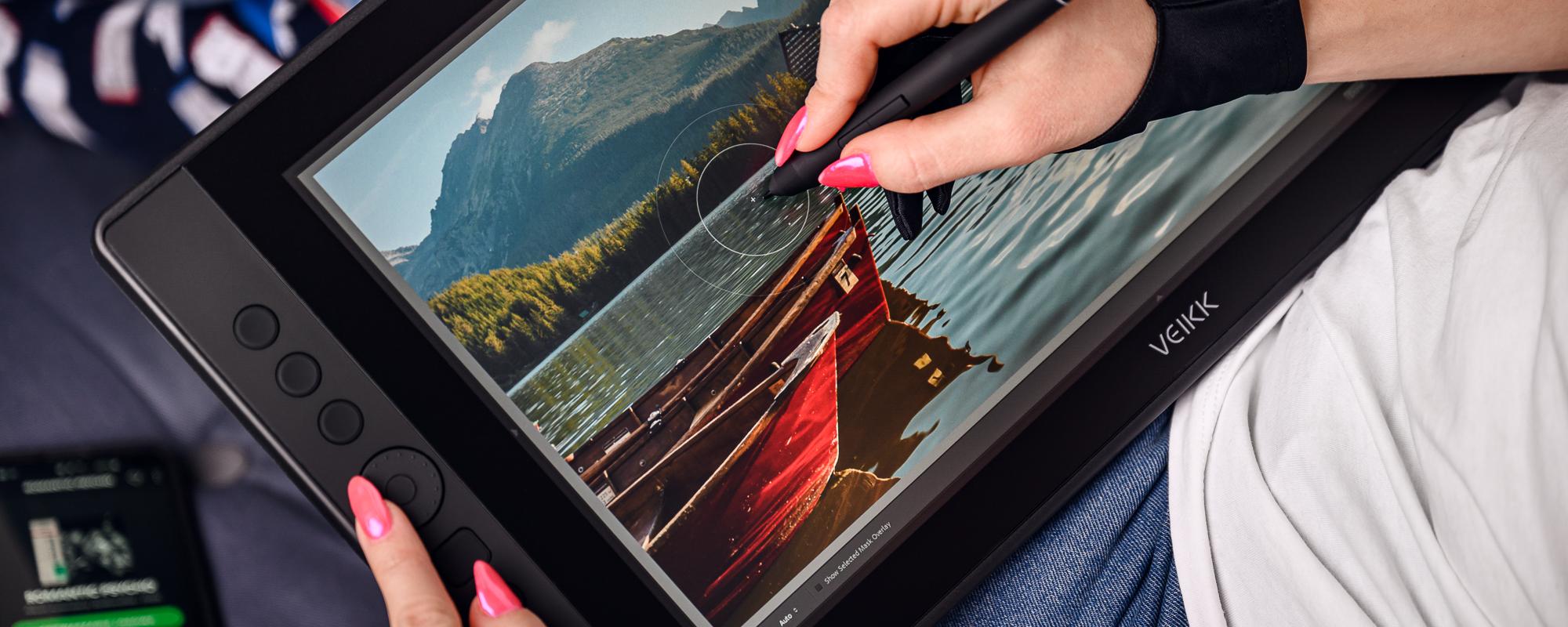 Zdjęcia - kobieca dłoń obsługująca piórko, malująca na tablecie graficznym z ekranem LCD Veikk VK1560