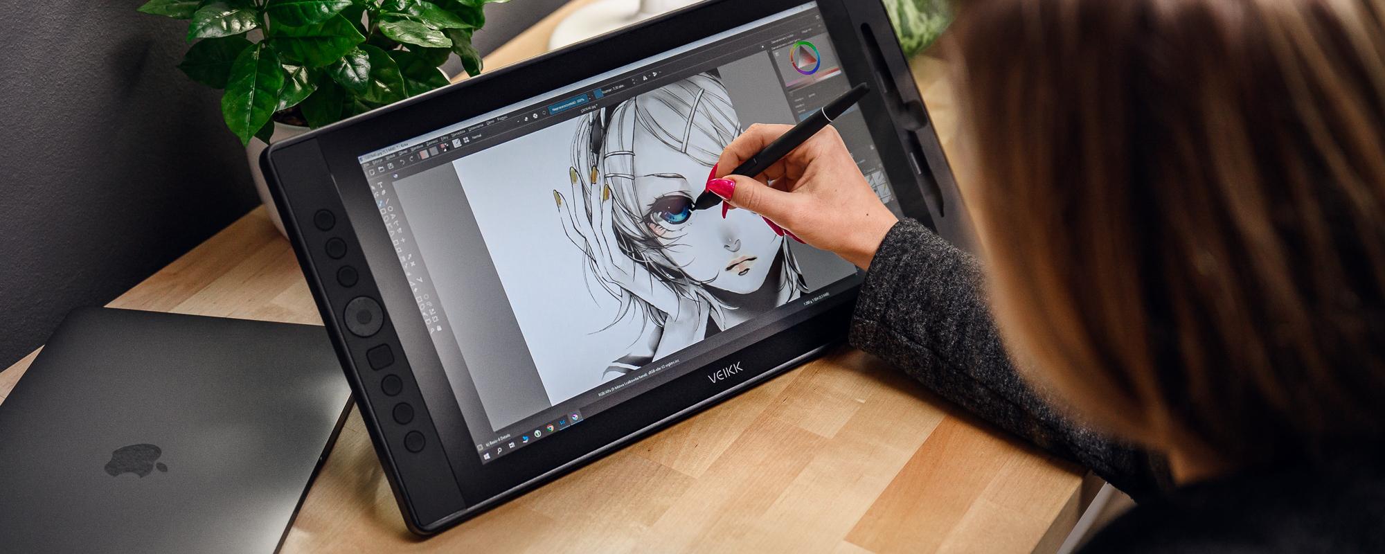 Zdjęcie - tablet graficzny z ekranem LCD Veikk VK1560 obsługiwany przez kobietę z różowymi paznokciami