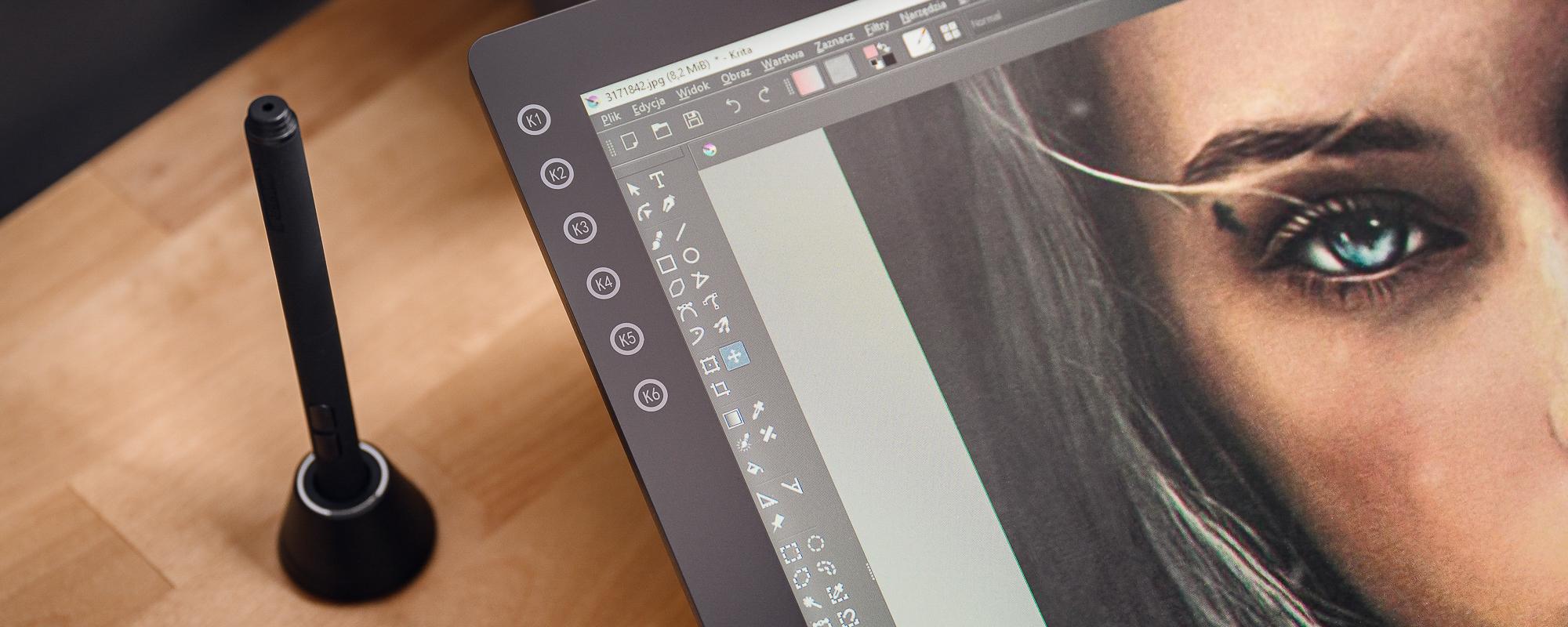 Zdjęcie - zbliżenie na klawisze tabletu oraz piórko na podstawce