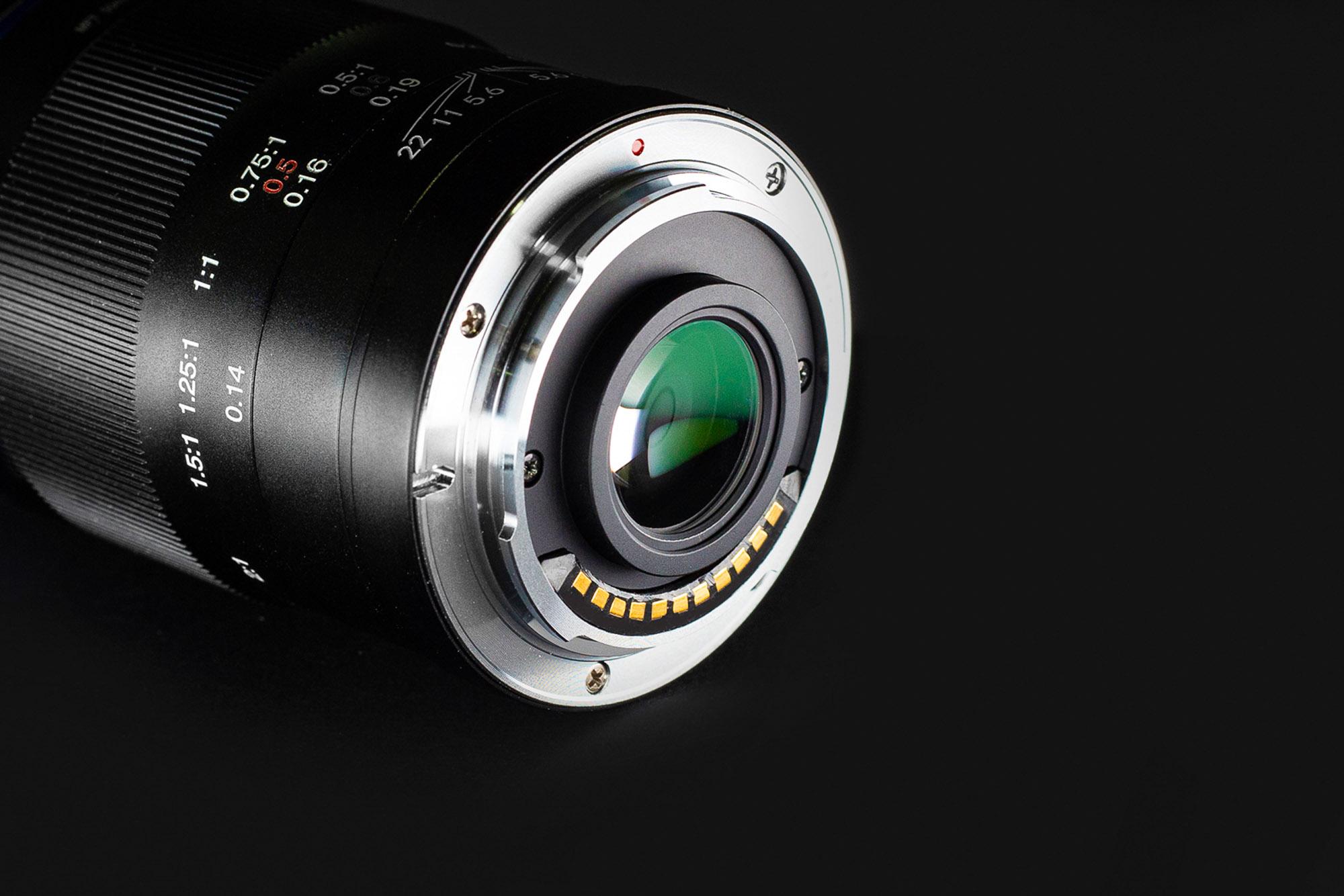 Obiektyw Venus Optics Laowa 50 mm f/2,8 do Micro 4/3 na czarnym tle