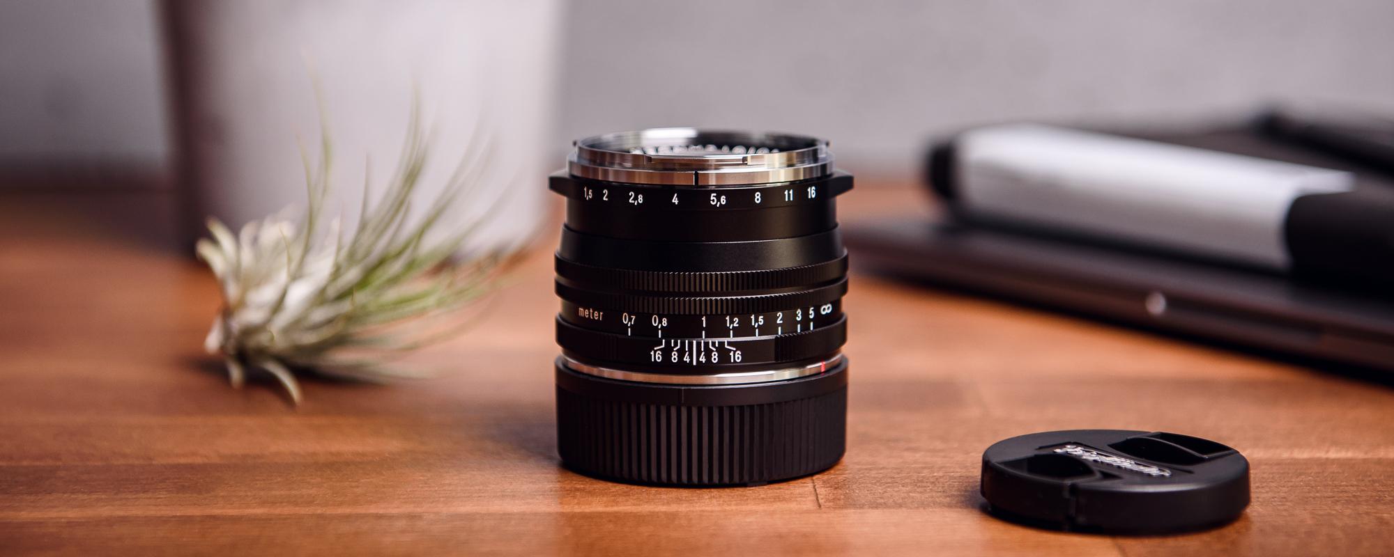 Obiektyw Voigtlander Nokton II 50 mm f/1,5 do Leica M - MC, czarny - na biurku