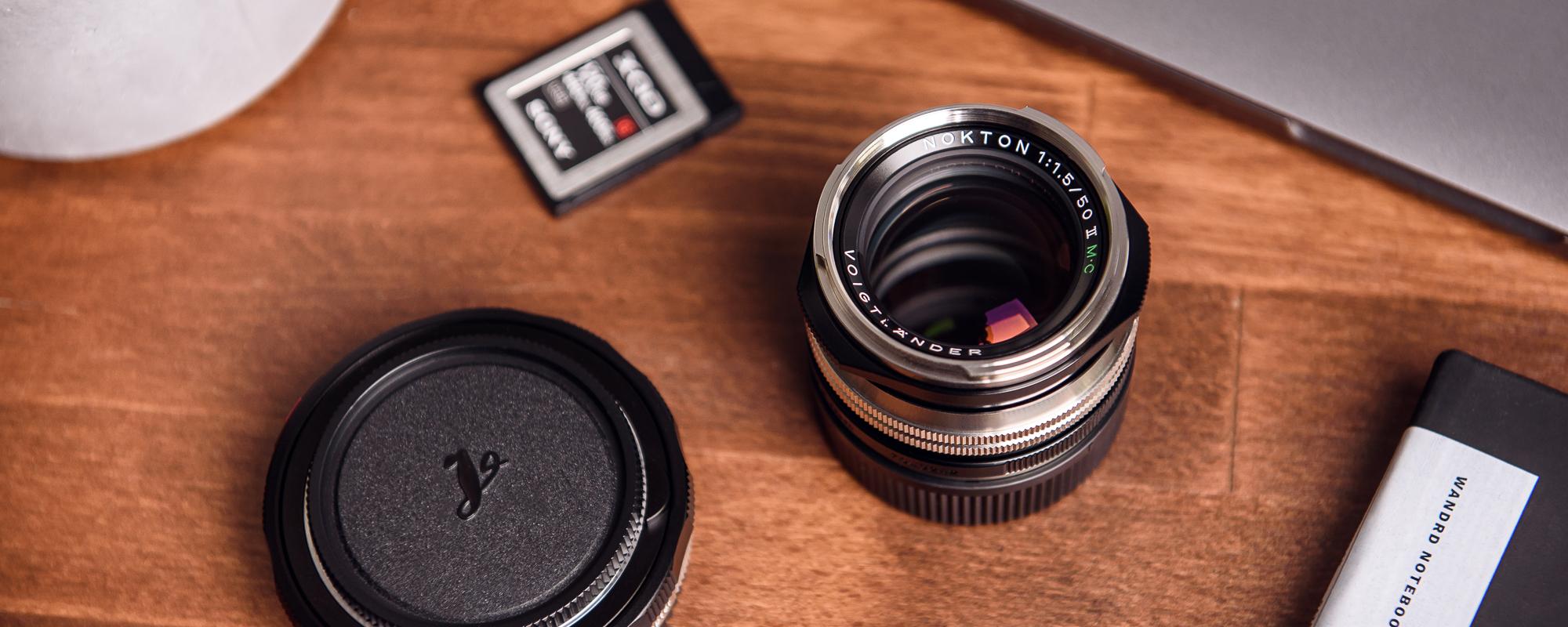 Obiektyw Voigtlander Nokton II 50 mm f/1,5 do Leica M - MC, niklowy - na biurku