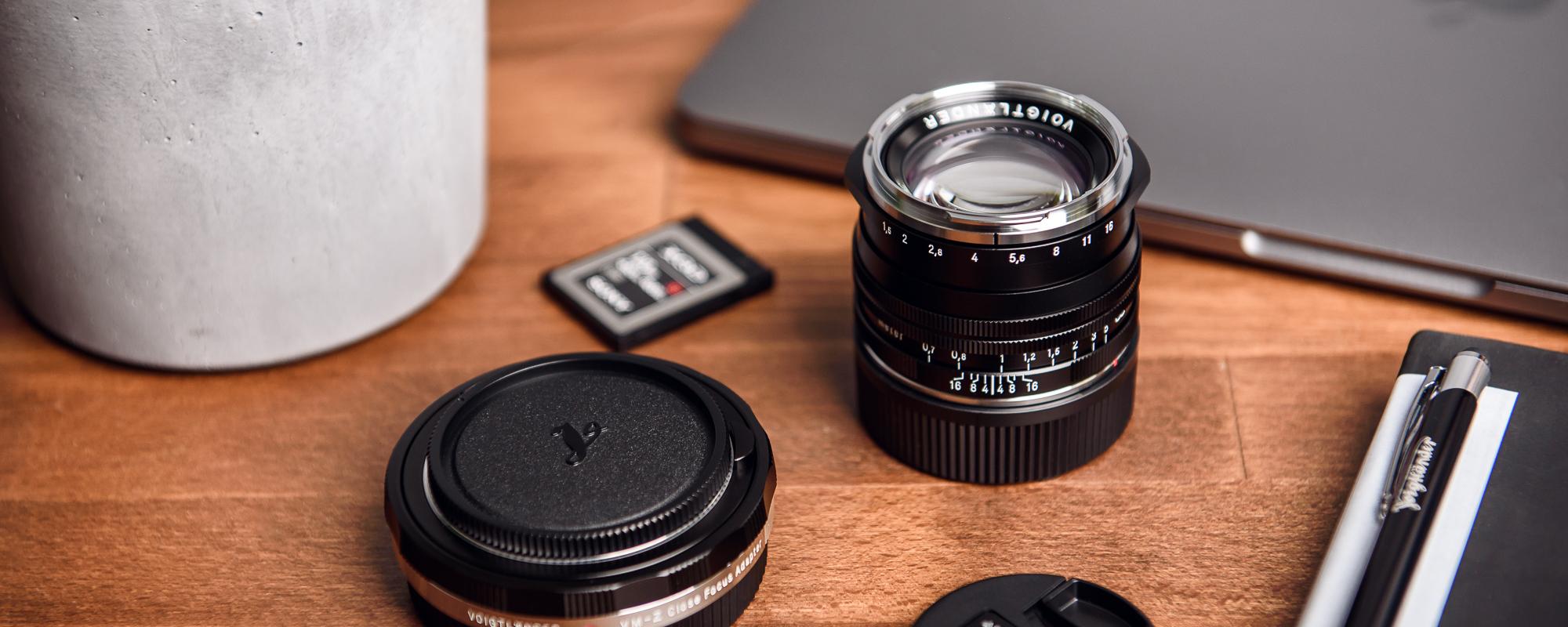 Obiektyw Voigtlander Nokton II 50 mm f/1,5 do Leica M - SC, czarny - na biurku