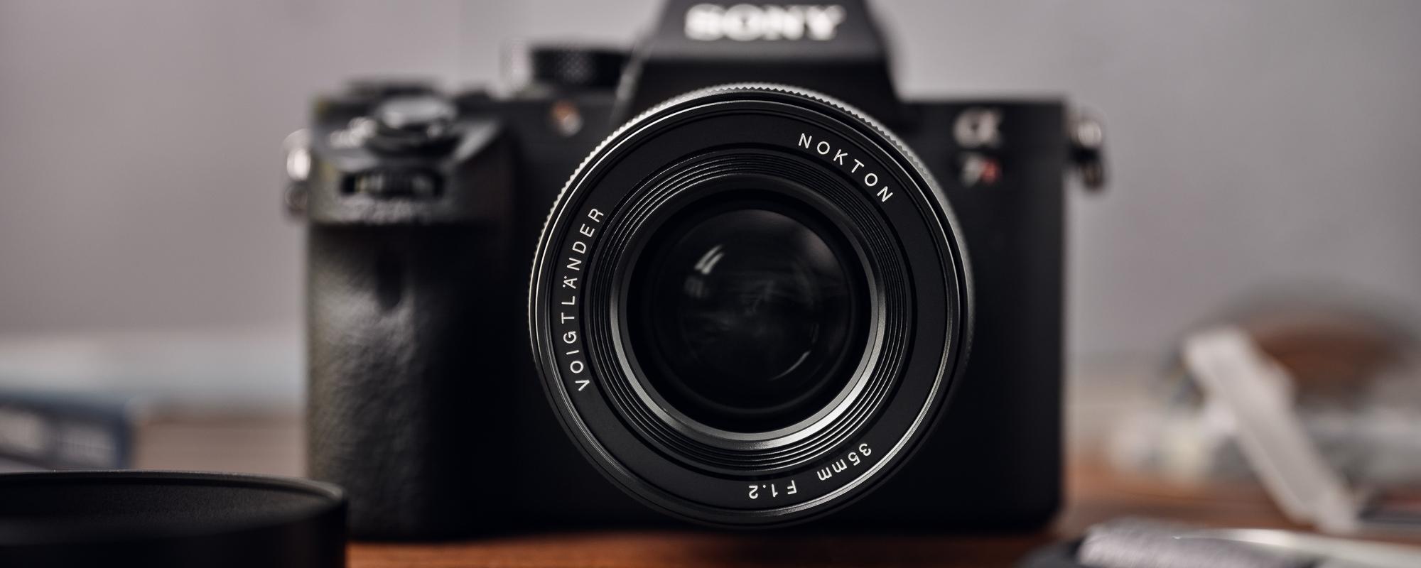 Obiektyw Voigtlander Nokton SE 35 mm f/1,2 do Sony E widok na przednią soczewkę