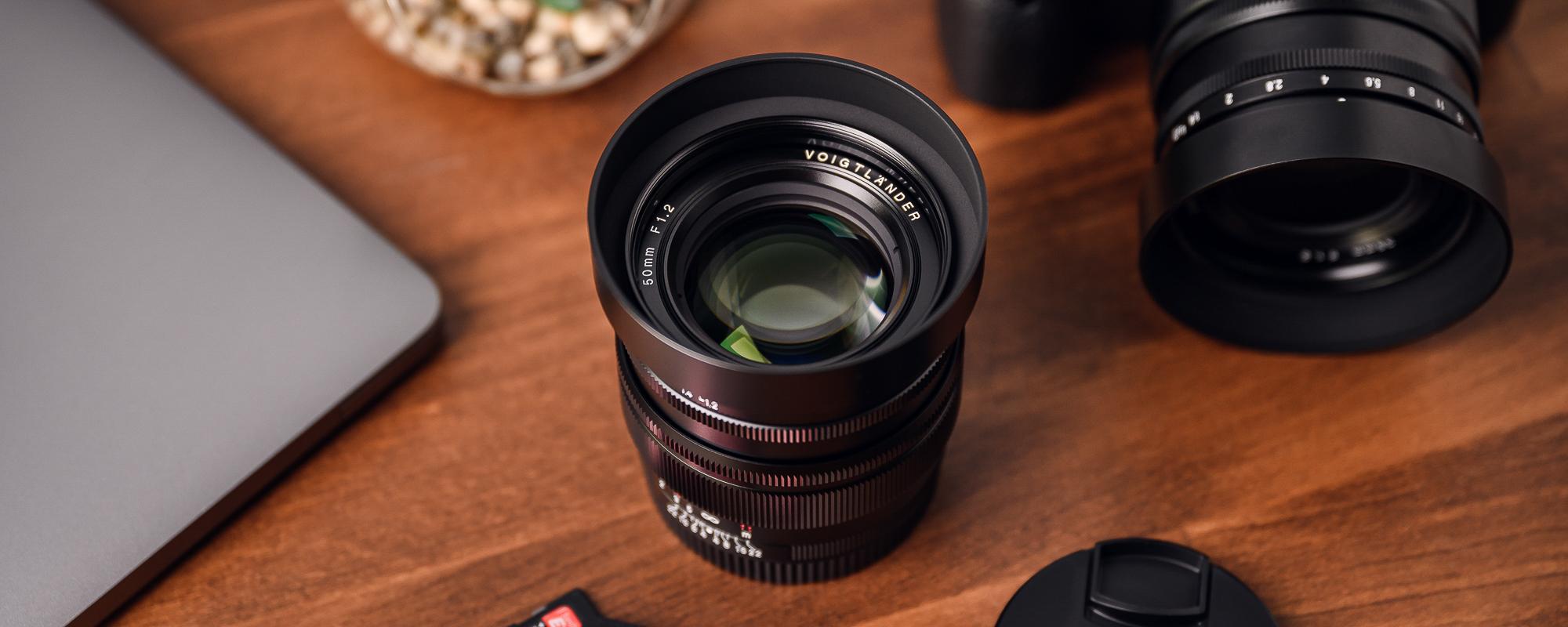Obiektyw Voigtlander Nokton SE 50 mm f/1,2 do Sony E na stole widok z góry