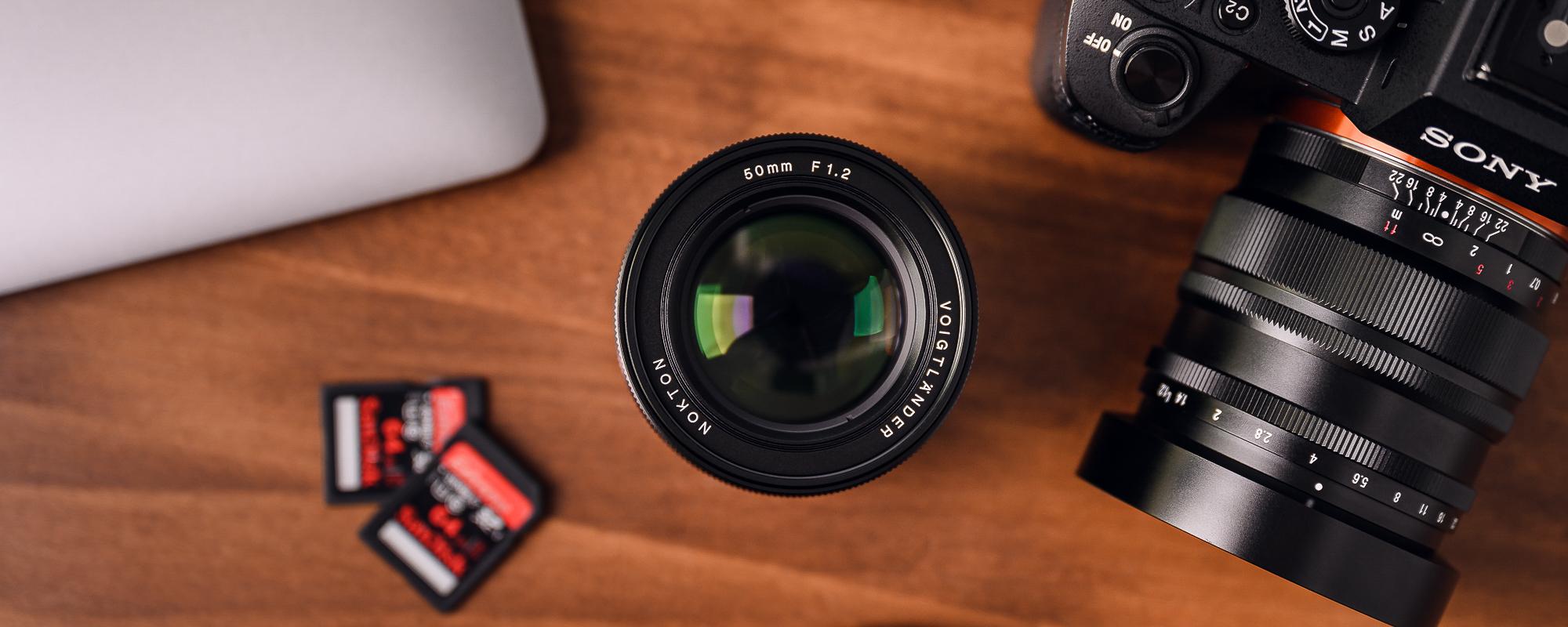 Obiektyw Voigtlander Nokton SE 50 mm f/1,2 do Sony E podczas pracy widok z góry